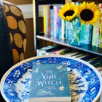 The Vine Witch by Luanne G. Smith #bookreview #tarheelreader #thrthevinewitch @writersmith1 @amazonpub #wunderbookspr #thevinewitch