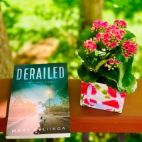 Derailed by Mary Keliikoa #bookreview #tarheelreader #thrderailed @mary_keliikoa @suzyapbooktours #derailed #blogtour